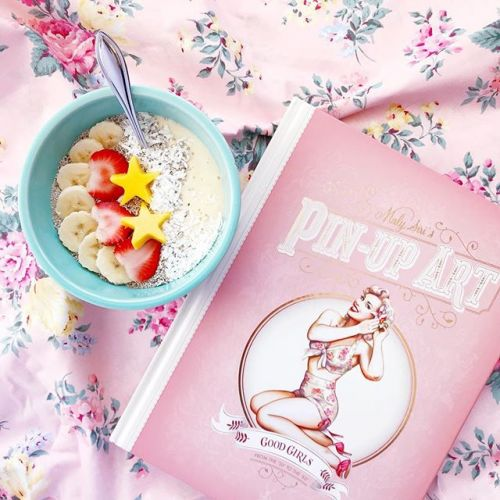 """Good Morning 🌞🍓🥭🍌🍵! I'm often told my book is a bowl of happiness and oh boy do I like this kind of feedback! . """"Maly Siri's Pin-up Art"""", 🇫🇷French version published by Editions Soleil, and 🇬🇧English version by Cernunnos Publications. (*whispers*both"""