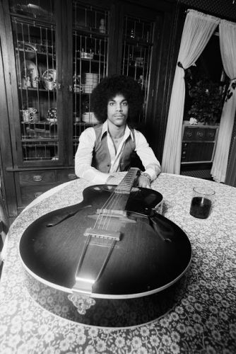 PRINCE en 1977, photographié par ROBERT WHITMAN