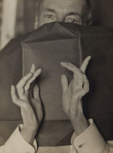 Dans le panier d'artpress:  Portrait of a Half-Hidden Man With Expressive Hands de Man Ray